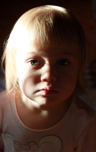 Dievčatko vo večernom svetle
